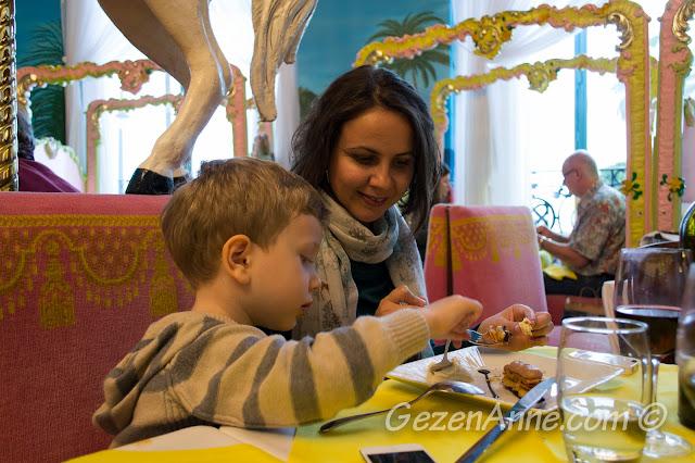 oğlum tatlı yanındaki muzlu dondurmadan yerken, La Rotonde Negresco