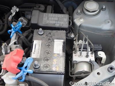 バッテリーを上から抑えているボルトを外しステーを取り外す