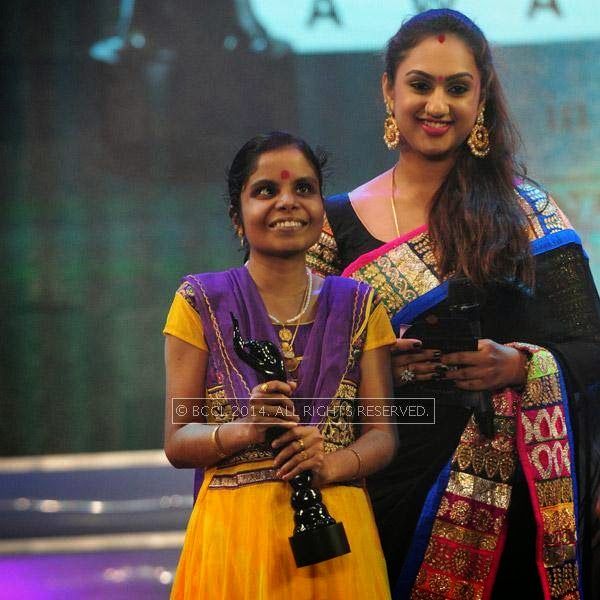 Vaikom Vijayalakshmi receives Best Playback Singer award for Ottakku Padunna from the movie Nadan during the 61st Idea Filmfare Awards South, held at Jawaharlal Nehru Stadium in Chennai, on July 12, 2014.