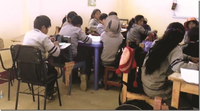 En un colegio alteño, los niños llevan sus sillas para pasar clases