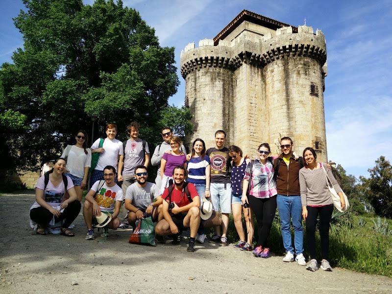 Foto de grupo frente al castillo de Granadilla