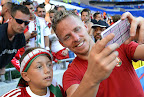 Dzsudzsák Balázs egy szurkoló fiúval közös fotót készít a franciaországi labdarúgó Európa-bajnokság Magyarország - Portugália mérkőzés után, 2016. június 22-én. (MTI Fotó: Illyés Tibor)
