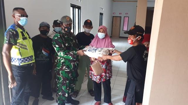 Penanggulangan Masyarakat Di Tengah PPKM Babinsa Koramil 04/CPK Kodim 0619/PWK Distribusikan Bantuan Paket Beras