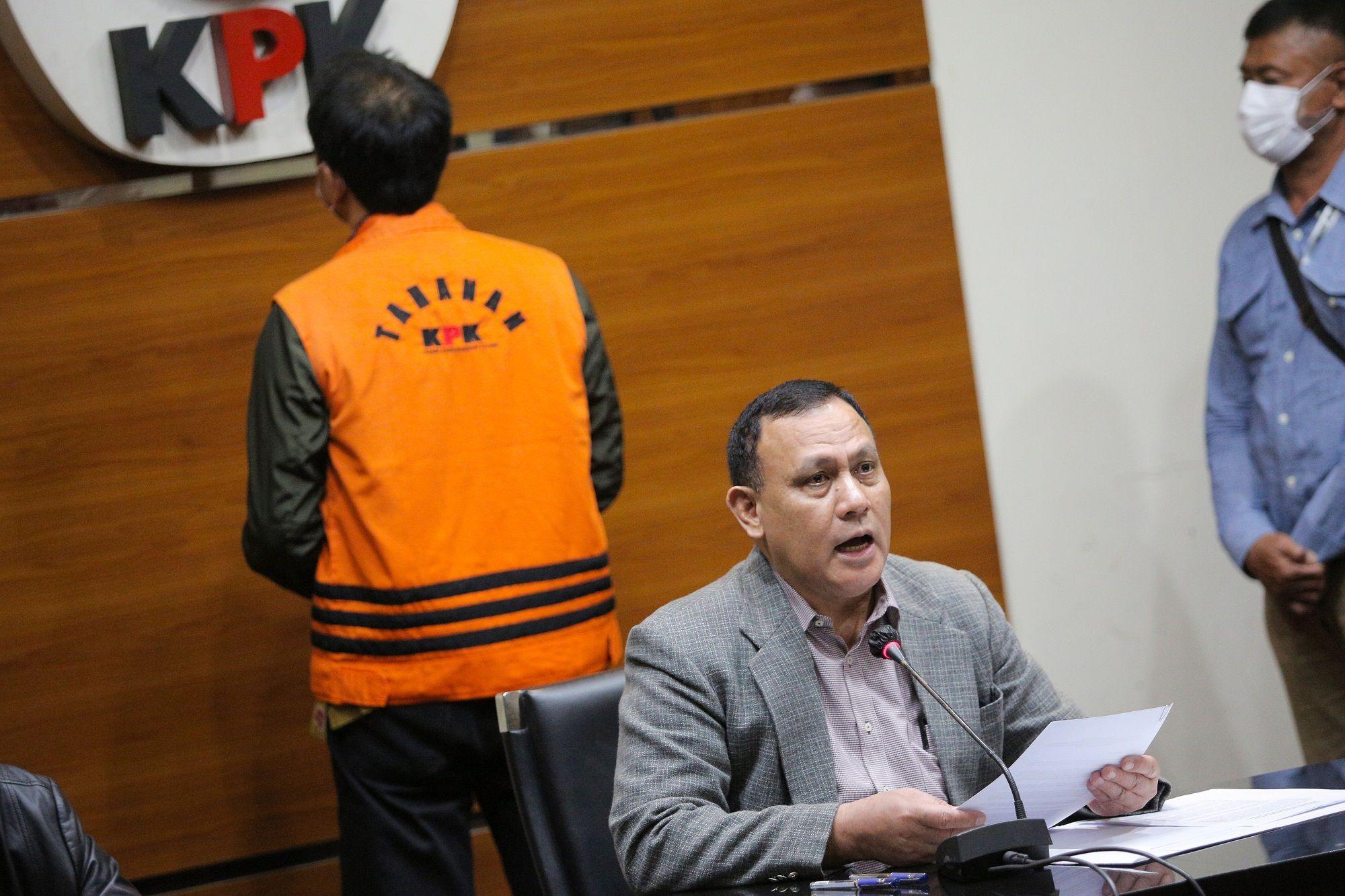 Dulu Azis Umumkan Firli Jadi Ketua KPK, Kini Firli Umumkan Azis Jadi Tersangka Korupsi