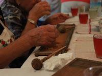 03 - Ügyes kezű asszonyok készítik a csigát.JPG