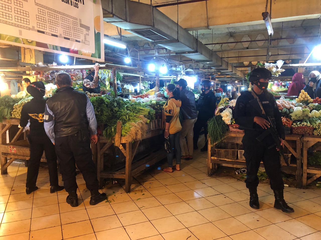 Sat Brimob Polda Jabar Lakukan Inspeksi Mendadak ke Pedagang Pasar Cipanas
