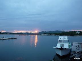 2010/6/8 梅雨の曇り空の合間からでた夕日です。写真では伝わらないですが、力強く辺りを染めました。