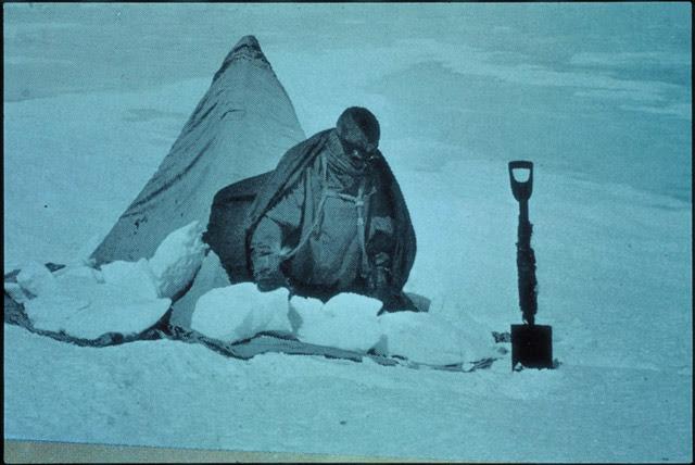 임시로 만든 텐트에서 나오는 모습