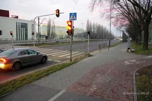 Przejazd dla rowerów jest niemal kompletny. Działa już sygnalizacją świetlna... brakuje jeszcze znaków pionowych i przede wszystkim połączenia z drogą dla rowerów po wschodniej stronie