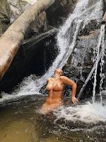 Giulia Costa exibe suas curvas em cachoeira