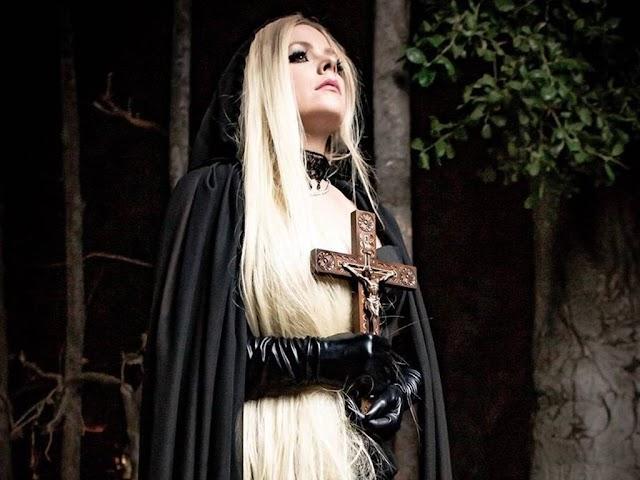 Cuatro atuendos que revelan el lado más dark de Avril Lavigne