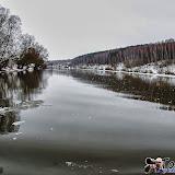 С это стороны на Чекалинский мост воды Оки несут всякий мусор и льдины. Здесь течения будто-бы и нет