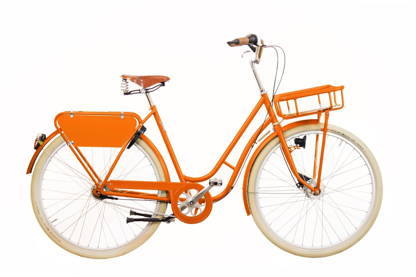 Pilen Lyx Special Orange helfärgad företagscykel. Extrautrustning: silverfälgar, vita däck Fat Frank, centralstöd Atran Moove, Atran frampakethållare lackerad och handtag Primergo kork.