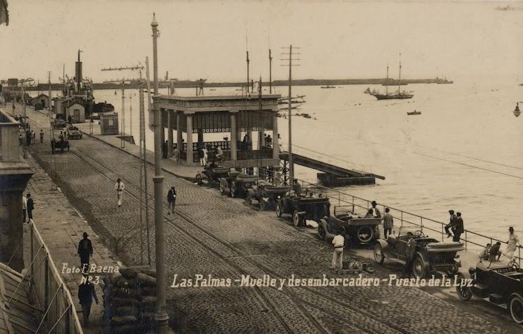 En esta excelente foto del Archivo FEDAC se aprecia el embarcadero de pasajeros del Puerto de la Luz en el muelle de Santa Catalina.jpg