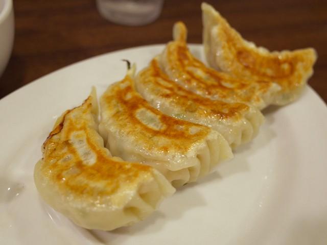 楕円の皿に盛られた餃子