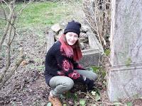 8 Méry Beáta a sírköveket tisztította.jpg
