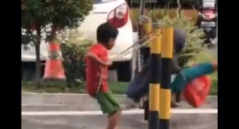 Bikin Terenyuh! Anak Jalanan Main Ayunan di Pembatas Jalan, 'Bahagia itu Sederhana'