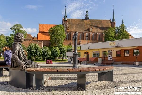 Mikołaj Kopernik przed fontanną we Fromborku