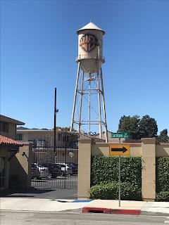 Et vanntårn med Warner Bros logoen.