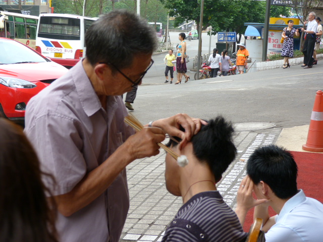 spécialité Chinoise,le nettoyage des oreilles dans la rue