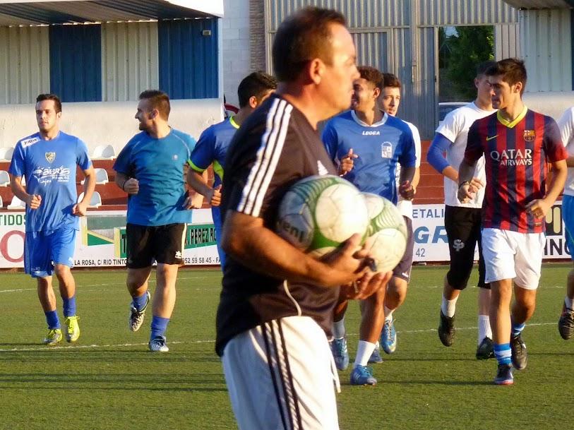 Jesús Barreche, técnico del filial, preparando el primer entrenamiento