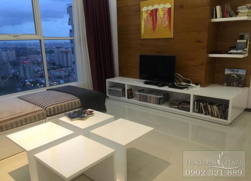 bàn và tivi tại phòng khách view sông Sài Gòn của căn hộ Thảo Điền Pearl