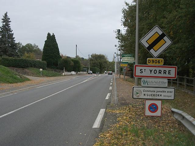 Entrée de Saint-Yorre par la D 906E