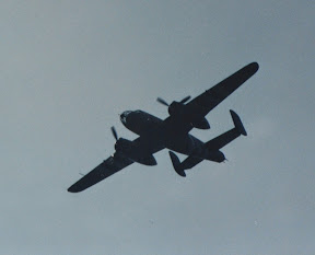 B25 Mitchell bommenwerper boven Enschede.