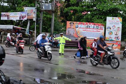 Tak Peduli Hujan, Aipda Khairi Atur Lalulintas