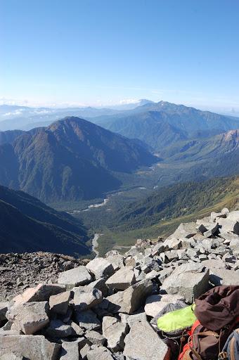 その右手上高地、遠くに乗鞍岳と御嶽山が