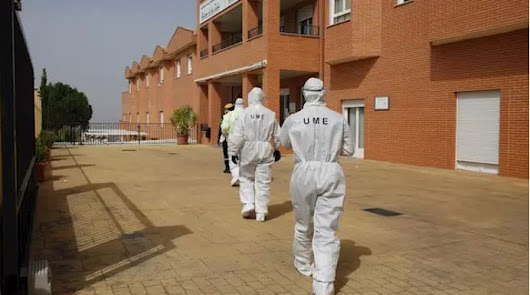 Imagen de archivo de miembros de la UME entrando en la residencia de mayores de La Zubia (Granada).