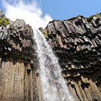 無数の水晶型柱状節理・スヴァルティフォスの滝