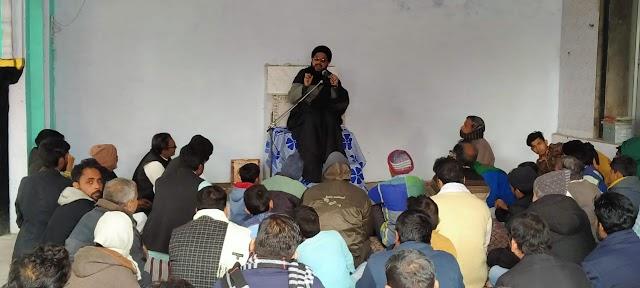 पत्रकार सामीन रिज़वी की माता के सेयुम की मजलिस में जुटे लोग , दिया पुरसा