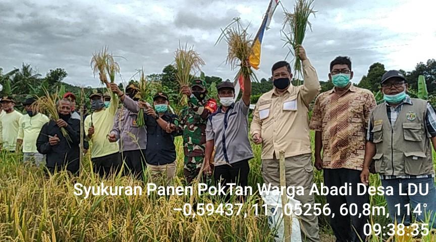 Babinsa Desa Loa Duri Ulu Jalin Kebersamaan di Acara Panen Raya