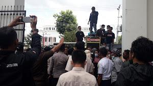 Ratusan Warga Kelurahan Rontu Demo di PN Bima, tuntut Pembunuh Hasanuddin dihukum mati