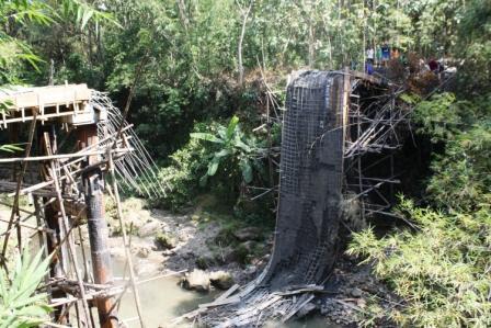 berita foto video sinar ngawi terkini: Sebeluum jembatan kayut rejo ambruk terdengar suara gemuruh