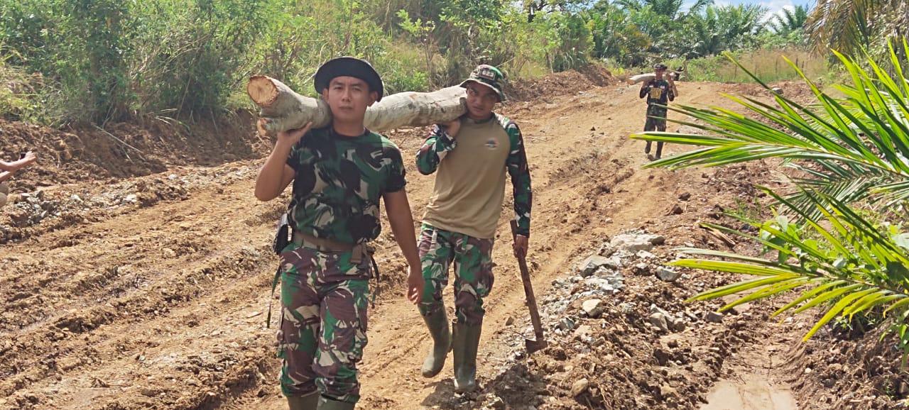 Prajurit TNI Panggul Kayu Untuk Pemasangan Siring