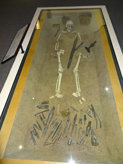 2016.08.07-023 forgeron orfèvre enterré avec ses outils au musée de Normandie