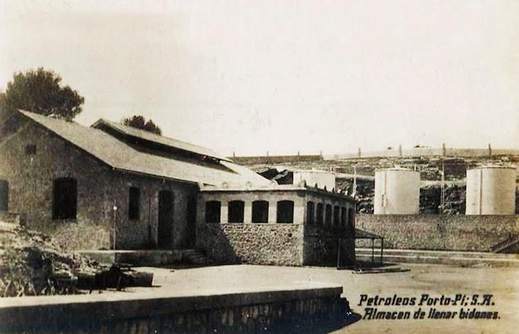 Petroleos Porto Pi. Almacen de llenado de bidones. Postal. Ca. 1925.tif