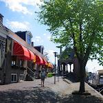 259-Ik wandel met Jeske het stadje in.