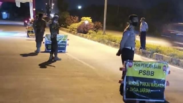 """Foto: Petugas di Posko Check Point. 137 Warga Kota Padang Positif Covid-19, Pisang Bertambah 3 Kasus, Bungus """"Pacah Talua""""."""