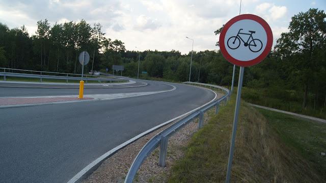 Odcinek 1.2 - obwodnica Opola Lubelskiego. Zjazd do Opola Lubelskiego i zakaz jazdy rowerem, który kończy się za 100 metrów. Zapewne chodziło o to by rowerzyści jechali drogą rowerową po lewej stronie...