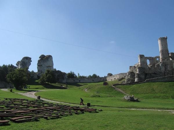 zamek ogrodzieniec - podzamcze scena i trzy siostry