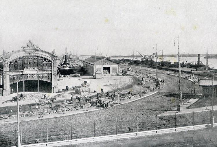 Muelle transversal de Poniente. Del libro Puerto de Valencia. Memoria Sobre el Progreso y Estado de las Obras durante el Año 1913.JPG