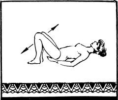 Лечь на спину, и ладони подложить под ягодицы. Ступни подтянуть к ягодицам, согнув для этого ноги в коленях.