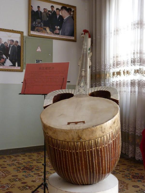 XINJIANG. Kasghar. Fabrique dinstruments de musique - P1280690.JPG