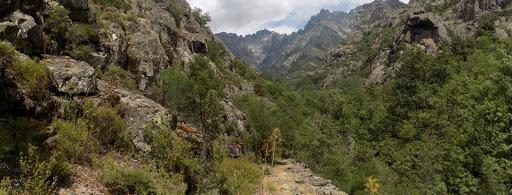 Le sentier vers l'arrivée au 2ème gué de la Cavichja avec le ravin de la Solitude en fond de vallée