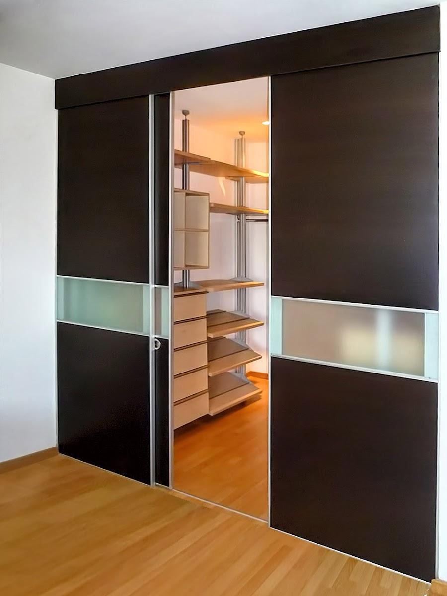 Closets y vestidores de lujo closets de madera closets for Modelos de puertas corredizas de madera