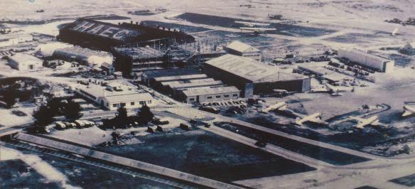 50年代啟德機場,當時啟德儼如美國空軍的維修基地,擔任韓戰後勤工作