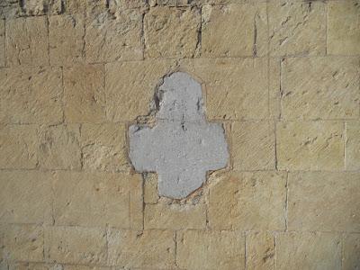 St-Truiden, Sint gangulfuskerk (allicht het oudst bewaarde pijlkruis in Limburg - in een natuursteen gebouw)